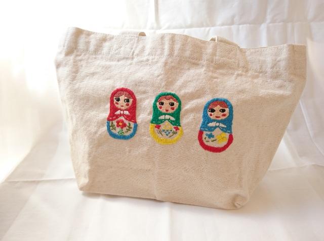 おしゃれを持って出かける。トートバッグにマトリョーシカを刺繍