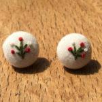 草花を刺繍したシンプルなピアス