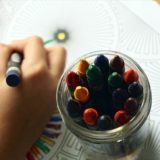 【保育士監修】子どもの絵の発達過程に合わせた「絵を描く道具」の選び方