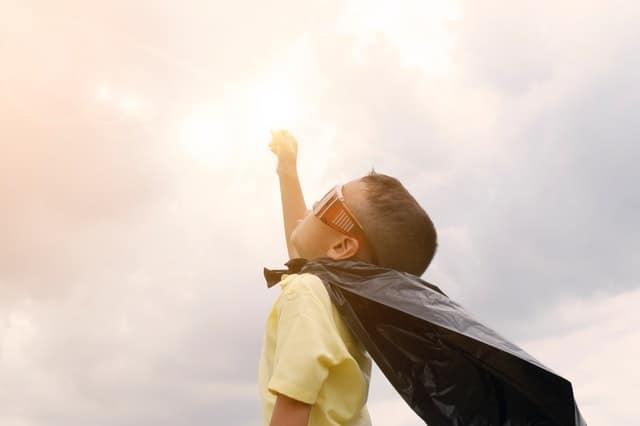 子どもが褒めても伸びない理由は、「子どもの良い部分を探す」という褒め方の本質がずれてるから。