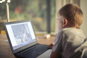 小さい頃からパソコンを使うメリットとデメリット